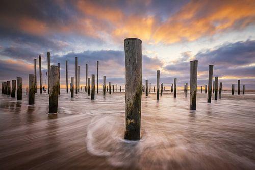 Zonsondergang op het strand bij Petten. Mooie wolkenluchten trekken voorbij met de koude noorden win