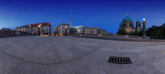 Berlijnse skyline met televisietoren en kathedraal van de Friedensbrücke