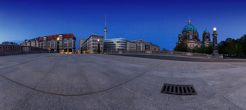 Le ciel de Berlin avec la tour de télévision et la cathédrale du Friedensbrücke sur Frank Herrmann