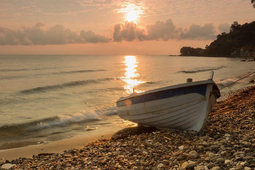 Een boot in ochtend licht van Jorian De Haan
