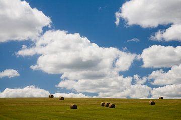 Wolken über einem Feld in Nordfrankreich von Jim van Iterson