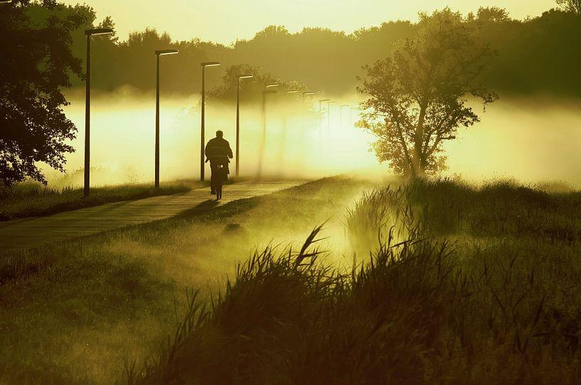 fietser rijdend in de mist  van Dirk van Egmond