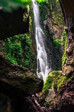 Een kader rond de waterval van Burgbach van Christian Klös