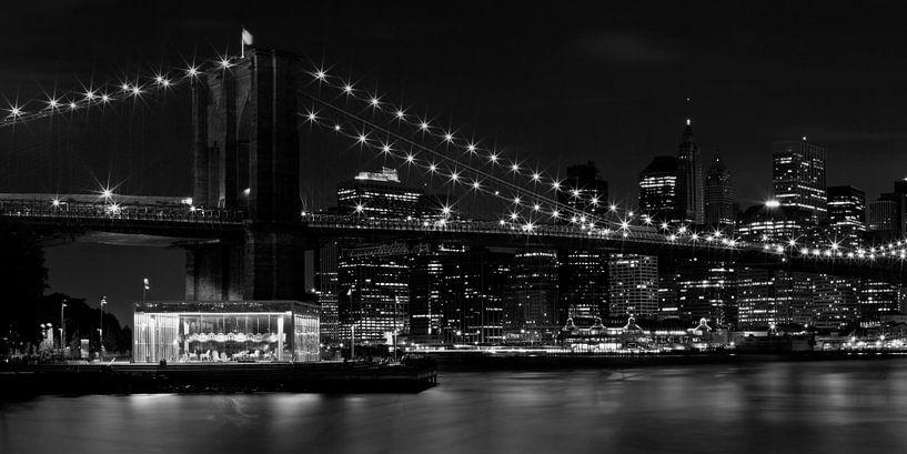 MANHATTAN Brooklyn Bridge at Night b/w van Melanie Viola