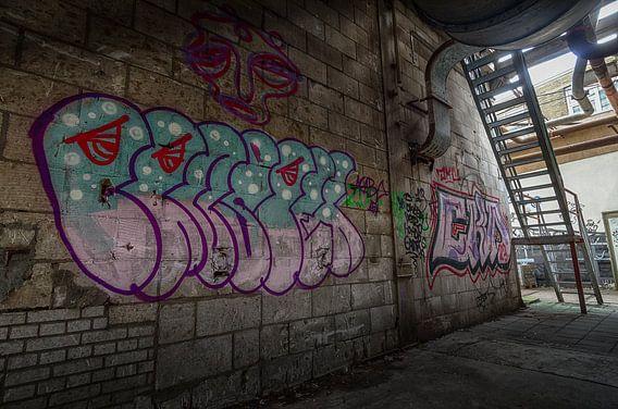 Graffiti in een verlaten fabriekshal