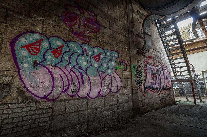 Graffiti in een verlaten fabriekshal van Mark Bolijn