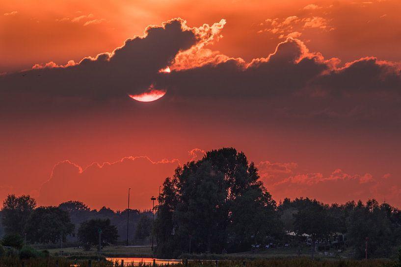 Zonsondergang boven de Betuwe van Hans Hoekstra