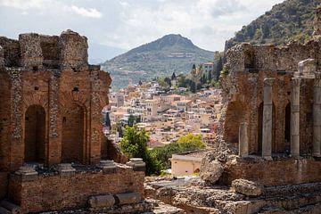 Doorkijkje over de stad Taormina vanaf Teatro Greco van Ton Tolboom