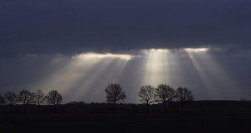 Zonne stralen door wolken