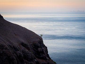 Minimalistisch Zeezicht vanaf Padar Indonesië van Rik Pijnenburg