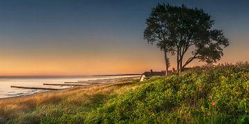 Oostzee bij Ahrenshoop met strand en rietgedekte woning bij zonsondergang van Voss Fine Art Fotografie
