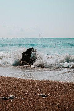 Zeewater spat op rots op het strand van Peloponnesos van DeedyLicious