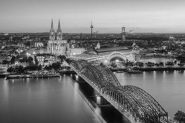 Blick über Köln am Abend schwarz-weiß von Michael Valjak