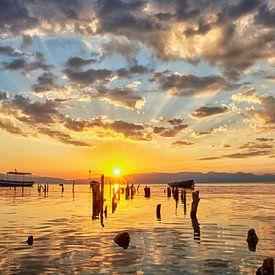 Sonnenuntergang am See Ohrid in Mazedonien von Cor de Hamer