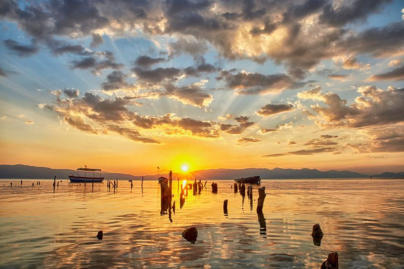 Zonsondergang aan het meer van Ohrid Macedonië van Cor de Hamer