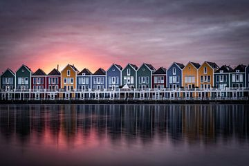 Gekleurde vissershuisjes aan de rietplas in houten van Tim Rensing