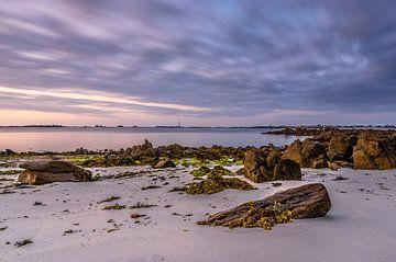 Zonsondergang in Bretagne met kleurig zeewier op de rotsen van Gijs Rijsdijk