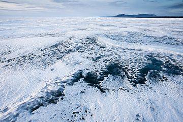 gebroken lijn van transparant blauw-turquoise ijsblauwe lucht en heuvels op het Baikalmeer van Michael Semenov