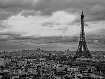 Der Eiffelturm überragt alles andere. von Emil Golshani