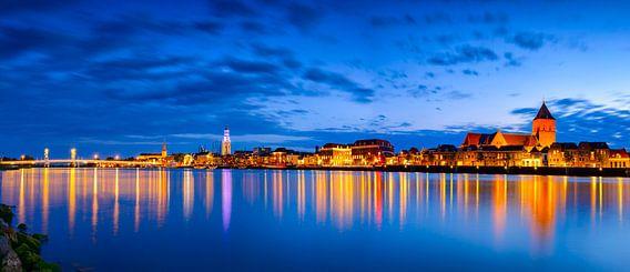 Panorama van de stad Kampen aan de IJssel in de avond