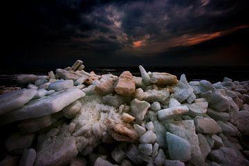 Kruiend ijs op het IJsselmeer van Jenco van Zalk