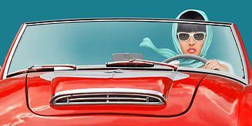 Vrouw in een vintage cabriolet van Monika Jüngling