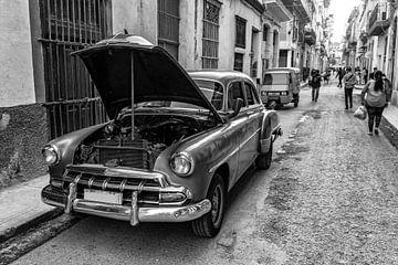 Oude auto met open kap in oude stad van Havana Cuba in zwart-wit van Dieter Walther