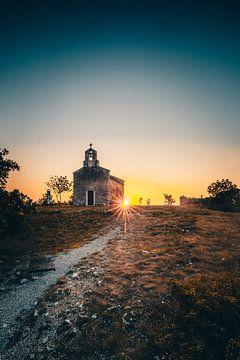 Alte Kirche in einem Bergdorf in Kroatien zum Sonnenuntergang Brseč von Fotos by Jan Wehnert