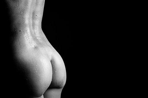 Sportief, naakt vrouwenlichaam bedekt in druppels water - erotische wanddecoratie van