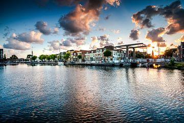 Le vieux port d'Alkmaar avec son quai à bière et sa tour d'accise sur Fotografiecor .nl