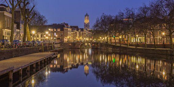 Oudegracht, Zandbrug en Domtoren in Utrecht in de avond
