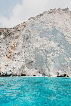 Witte rotsen van kalk met helder blauwe Ionische zee op Zakynthos, Griekenland van DeedyLicious