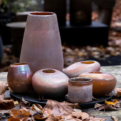 Stilleven van potten en vazen in cognac kleuren