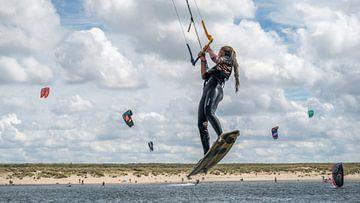Sportvrouw in actie, kitesurfen van Kok and Kok