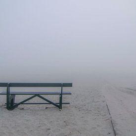 Verlaten bankje in de mist op het strand van Ameland. van Greet ten Have-Bloem