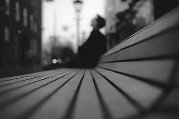 Straßenfotografie Mann auf Bank von Sander van Driel