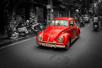 Volkswagen Kever rijdend door de straat. van Gunter Nuyts