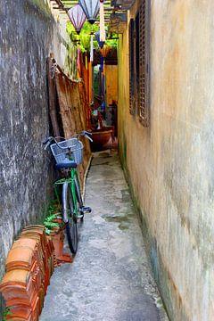 Gasse in Hoi An, Vietnam von Inge Hogenbijl