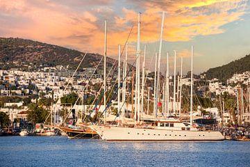 Gulet zeilboot in de haven van Bodrum in Turkije tijdens zonsondergang van Michiel Ton