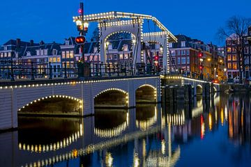 Magere Brücke bei Nacht in Amsterdam aan de Amstel von Nisangha Masselink