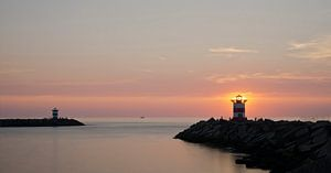 De haven van Scheveningen bij zonsondergang