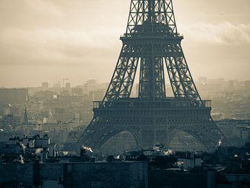 Voet van de Eiffeltoren in sepia van Martijn Joosse