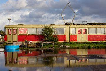 Rode tram met reflectie van Paul van Putten