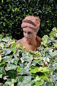 Beeld van een vrouw in een buitenlandse tuin