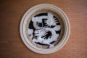 Dragon in wall van Arkadiusz Kurnicki