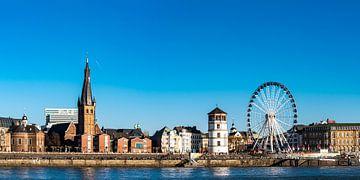 Panorama oude stad en Rijn promenade van Düsseldorf van Dieter Walther
