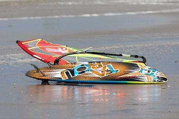 Surfplank op strand van STEVEN VAN DER GEEST