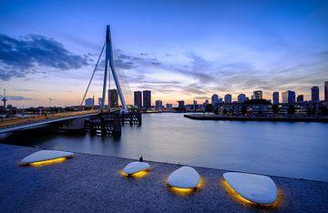 Skyline Rotterdam tijdens het blauwe uurtje vanaf Wilhelminaplein van Mark De Rooij