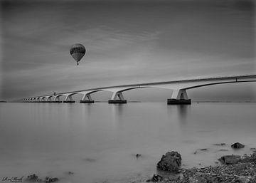 zeelandbrug met fraaie luchtballon von Rene van Mook
