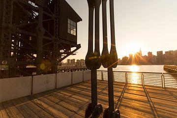 Zonlicht op de East River in New York City van Marcel Kerdijk